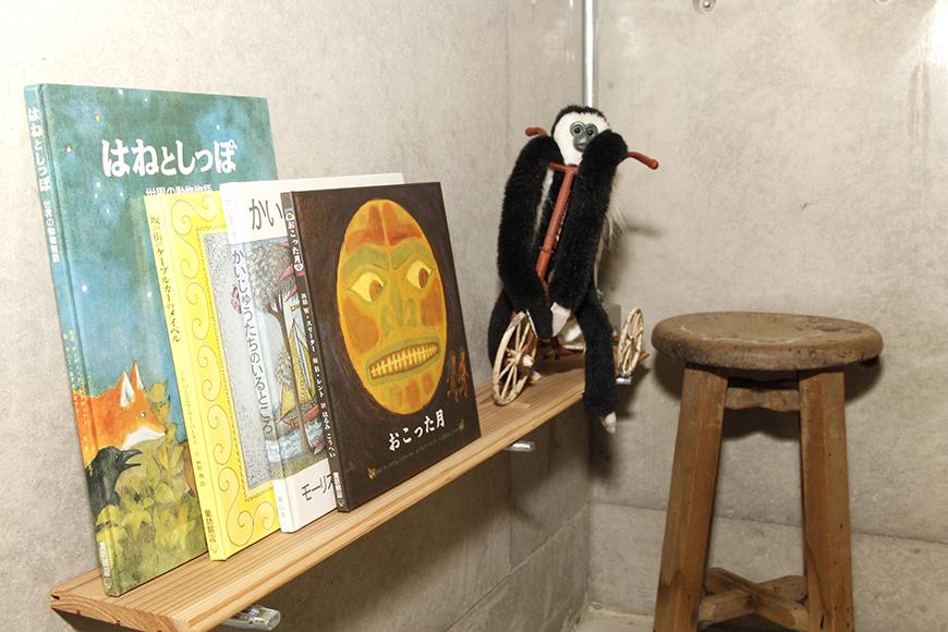 子どもも多いので、自然と絵本が集まります_MG_0918
