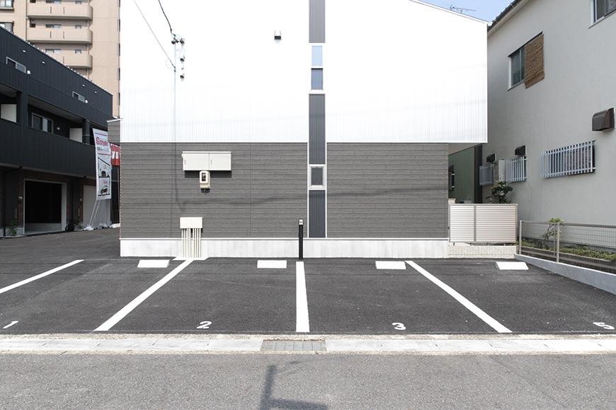 ガレージ以外にも敷地内に駐車場があります。