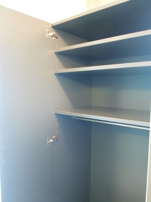 キッチン横には収納力抜群な棚が完備されています。