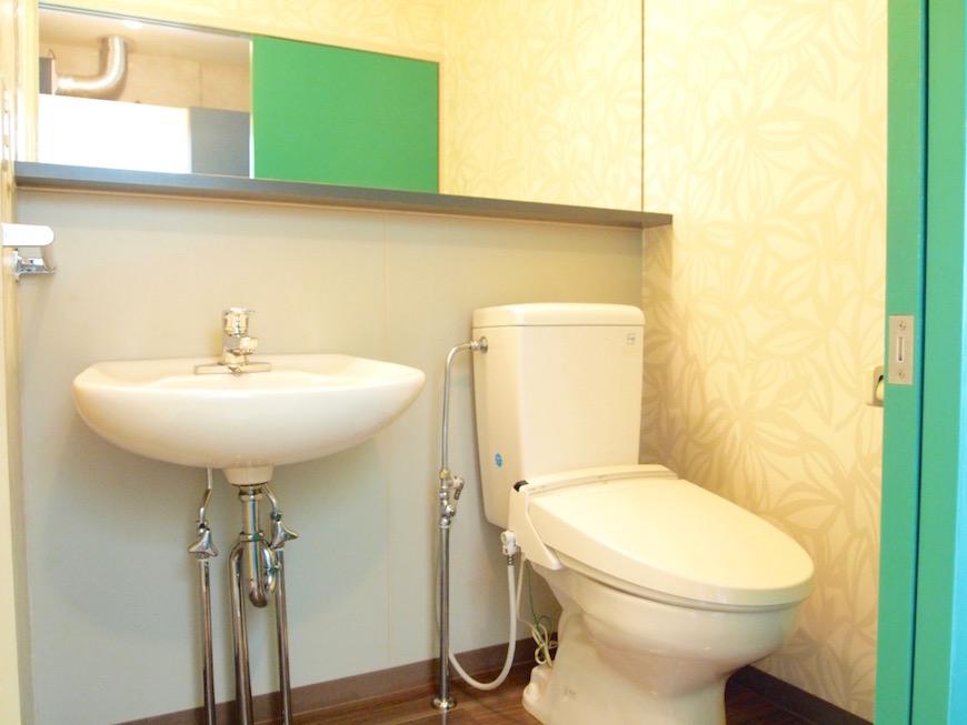 綺麗なグリーンのドアのついたトイレ。