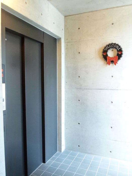 エレベーターホールは季節に応じて装飾がされるそうです。
