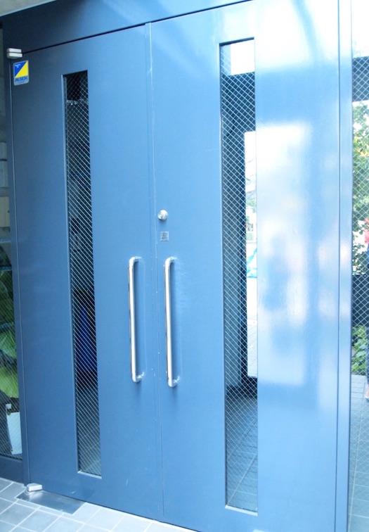 入口を入るともう一つの扉が。セキュリティが安心です。