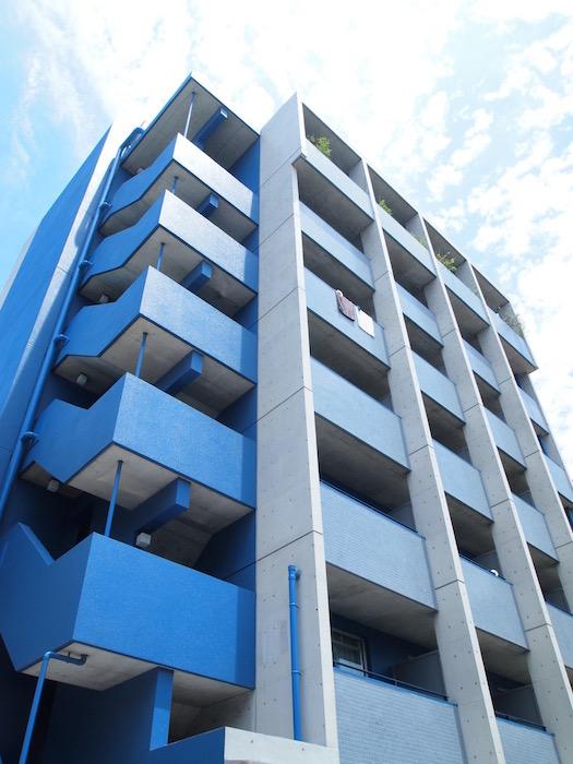 外観は、ブルーが洗練された壁面になっています。