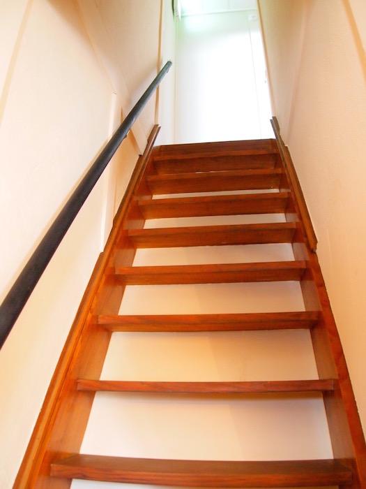 三部屋ある個室へと上る階段です。