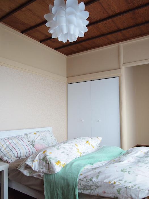 AとBとは違うあえてクロス貼りでなく板貼りの天井、天井下30㎝の長押が「和」を演出します。