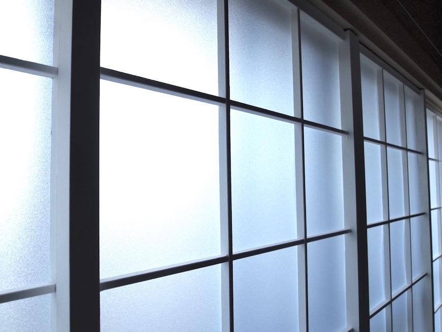 元々障子だった物をアクリル板を使った格子窓にしています。