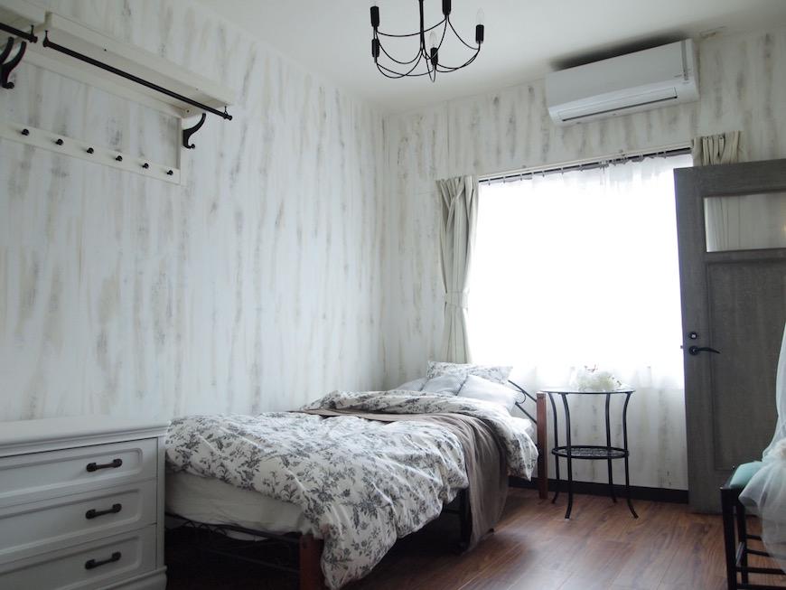 白い木目調の壁紙に包まれた空間はとても好印象。