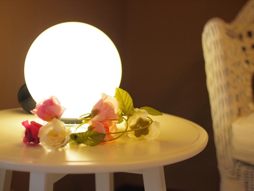 テーブルの照明をつけるとこんな感じに。こんなお部屋でゆったりくつろぎたいです。