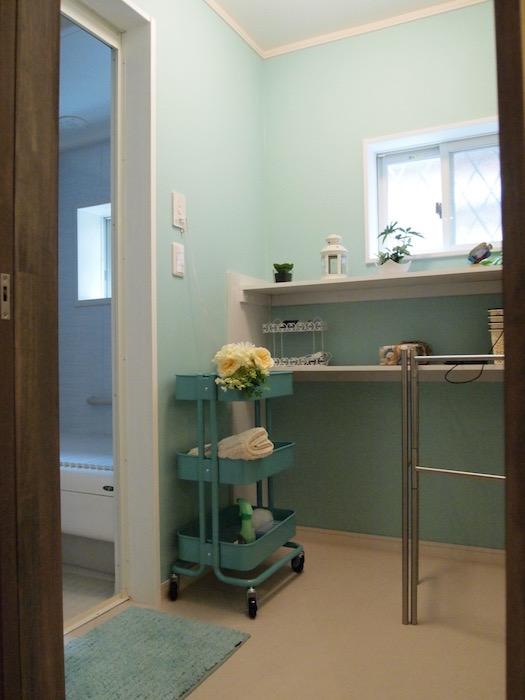 淡いブルーが清潔感を醸し出す浴室。