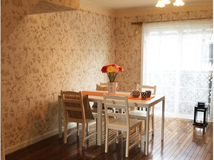 英国の優雅な朝を思わせるローラアシュレイの壁紙の中に包まれたテーブル。