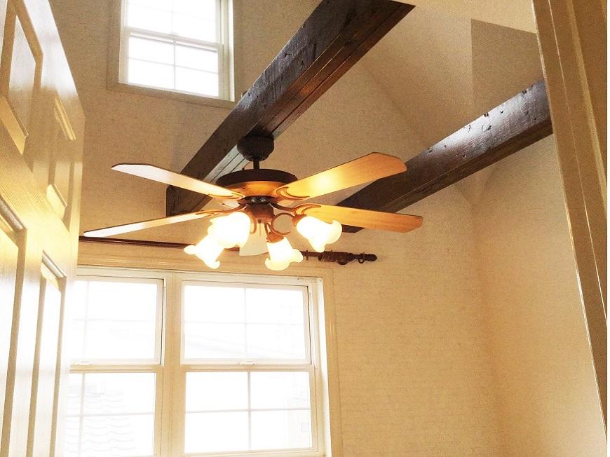 ホワイトダークブラウンの羽根付き照明からは暖かい光がこぼれます。