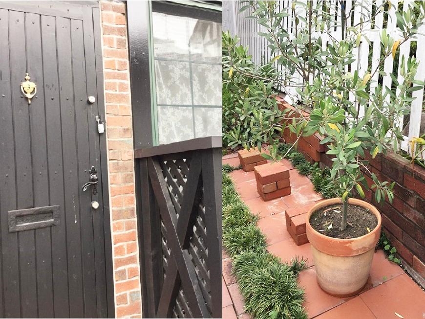 玄関先のレンガ造りの空間にはオリーブの木が添えられています。