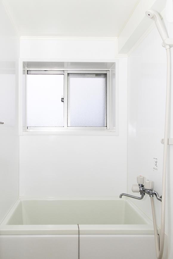 窓もしっかりとられているキレイなバスルームです_MG_1299_2