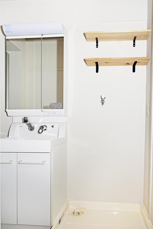 DIYの棚もバッチリ!独立洗面台と室内洗濯機置き場です_MG_1305_2