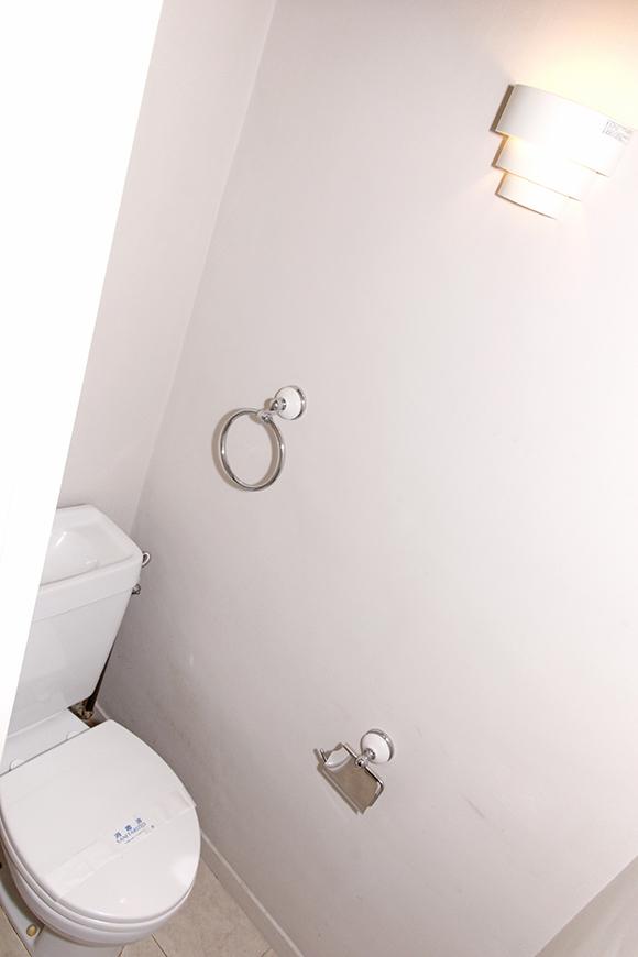 オシャレな照明と、白でまとめられたシンプルでキレイなトイレ!_MG_1356