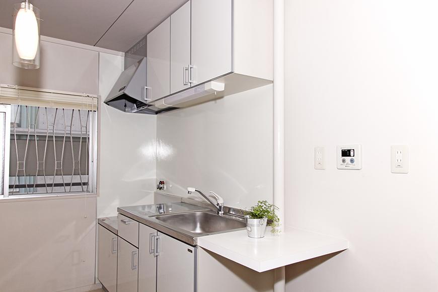 白系で清潔感あふれるキッチン周辺とオシャレな照明_MG_1529