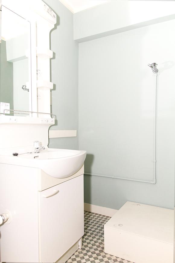 洗面、室内洗濯機置き場は、淡いブルーの壁紙。