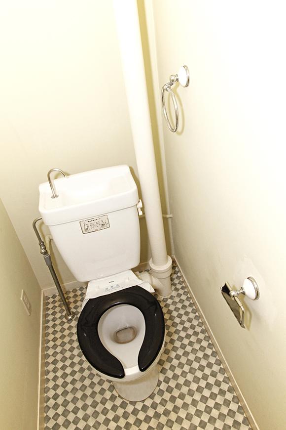 黒の便座が珍しい、シンプルで清潔感のあるトイレです。