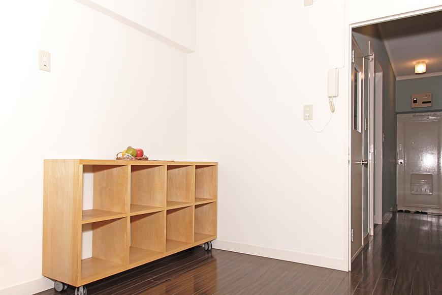 リビングには移動型の多目的な棚が完備されています。