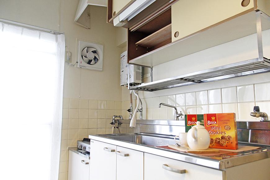 キッチン頭上の棚の引手が「和」のイメージで渋いです。