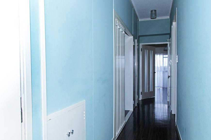 青い壁の爽やかな廊下が、涼しげな雰囲気を出してくれます。