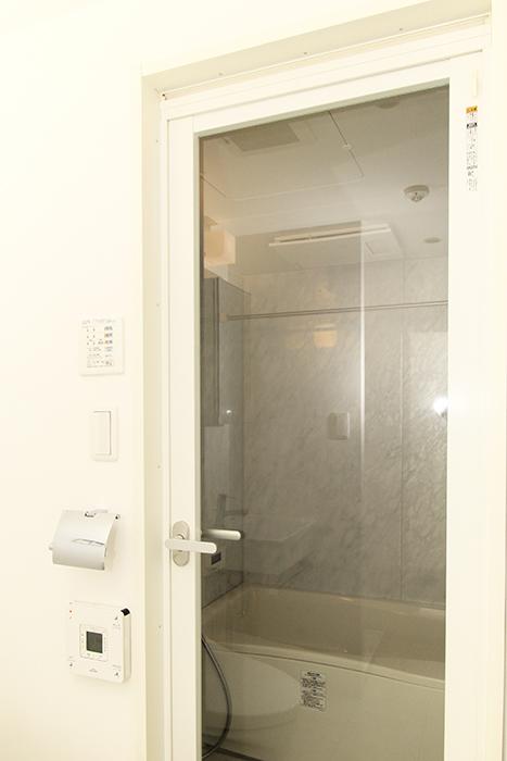 白を基調とした浴室の外_MG_2433
