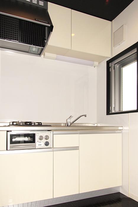 窓から光が差し込むキッチン_MG_2520