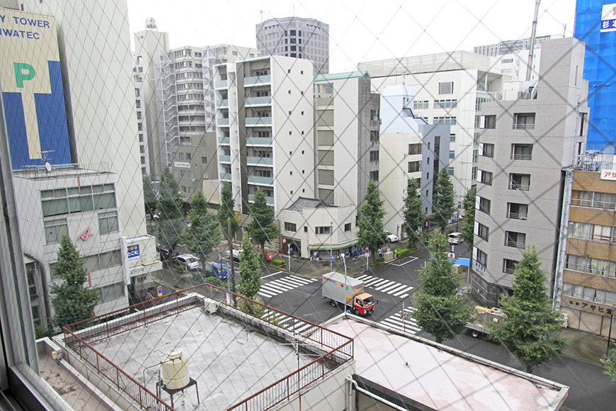 マンションやオフィスビルが立ち並ぶ702号室からの眺め_MG_2652