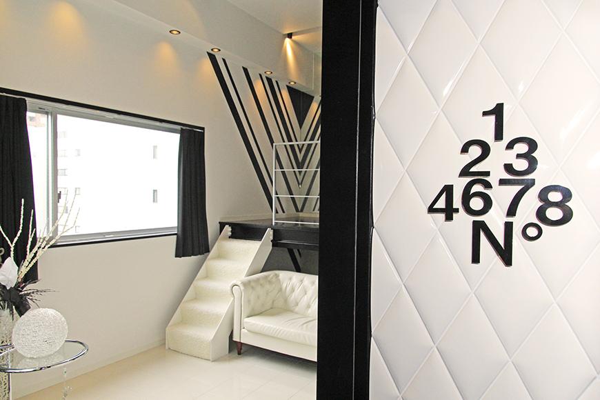 玄関から見える、白と黒を基調としたオシャレな内装_MG_2717