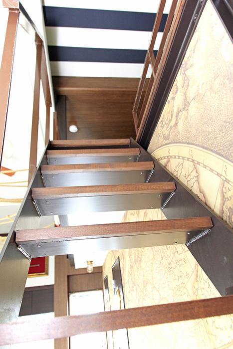 上のロフトへ向かう階段、ブラウンで統一されています。
