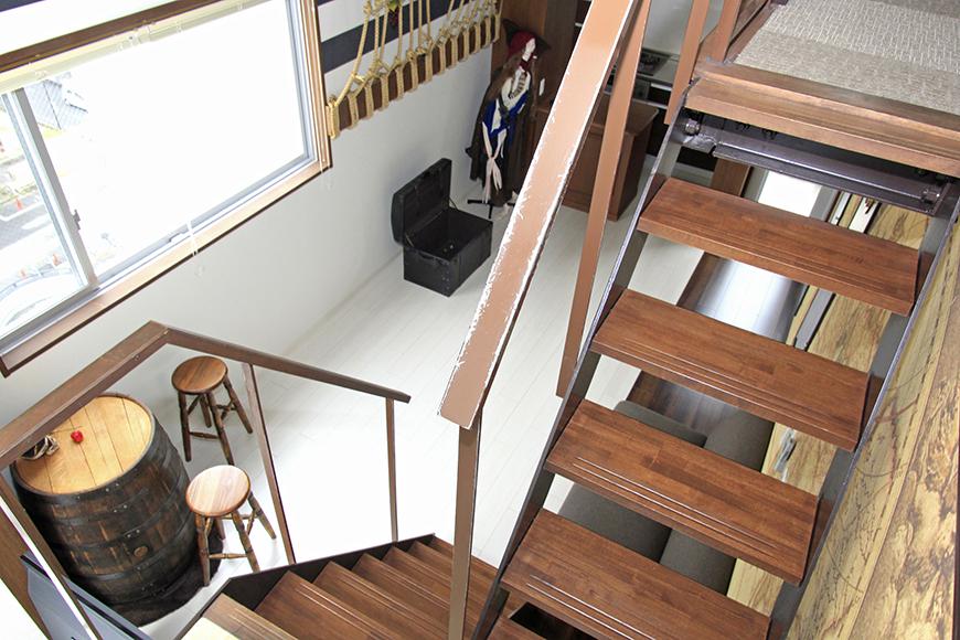 玄関を入ると、上にも下にも行ける階段があります。