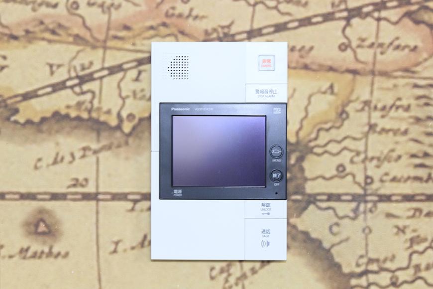 素敵な古地図の壁紙に設置された、モニタ付インターフォンです_MG_2781