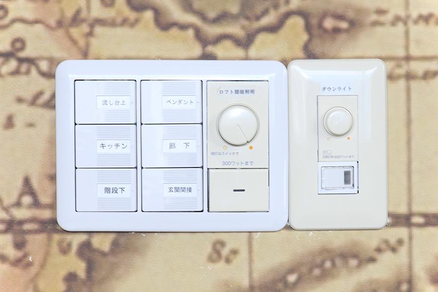 素敵な古地図の壁紙に設置された、照明のコントロールパネルです_MG_2782