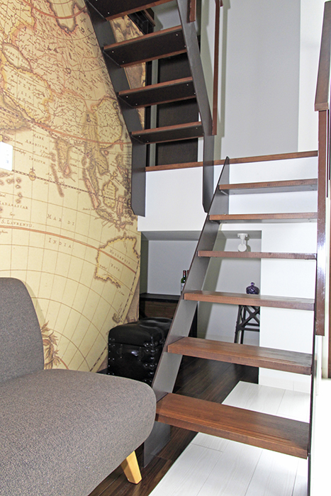 お部屋の地図の壁紙が、海賊船のイメージを引き立てます。