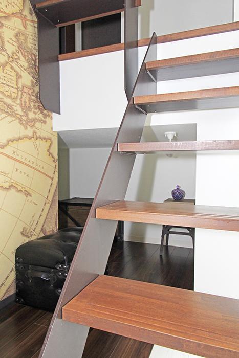 階段の奥には何か部屋があります。
