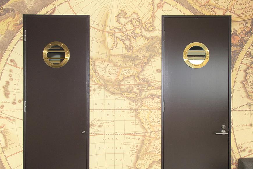 リビングには2つの扉が並んでいます。