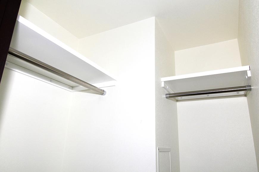 棚もしっかりとついたクローゼットで、収納力も充分あります。