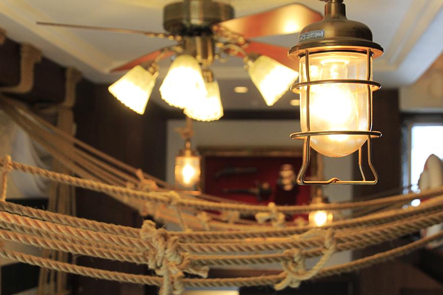 ランプ風照明が醸しだす海賊船内の雰囲気_MG_2863