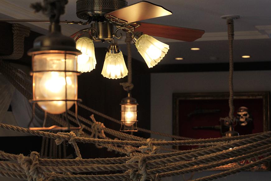 ランプ風照明が醸しだす海賊船内の雰囲気。そしてランプやロープの向こうに、ガイコツのオブジェが!_MG_2869