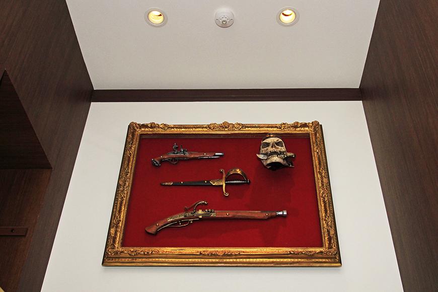 キッチンの頭上にはドクロ船長のアタマと、使用した武器です(嘘)_MG_2873