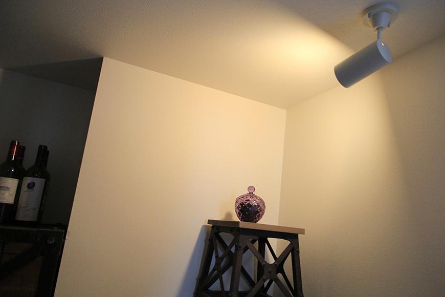 間接照明をつけると、雰囲気のあるムーディな小部屋に変身します。
