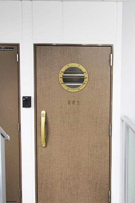 海賊船のハッチを思わせる玄関ドア_MG_3006