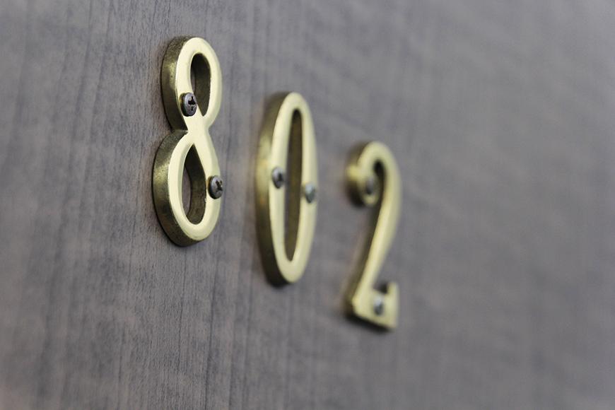 玄関ドアの部屋のナンバーも遊び心満載です。