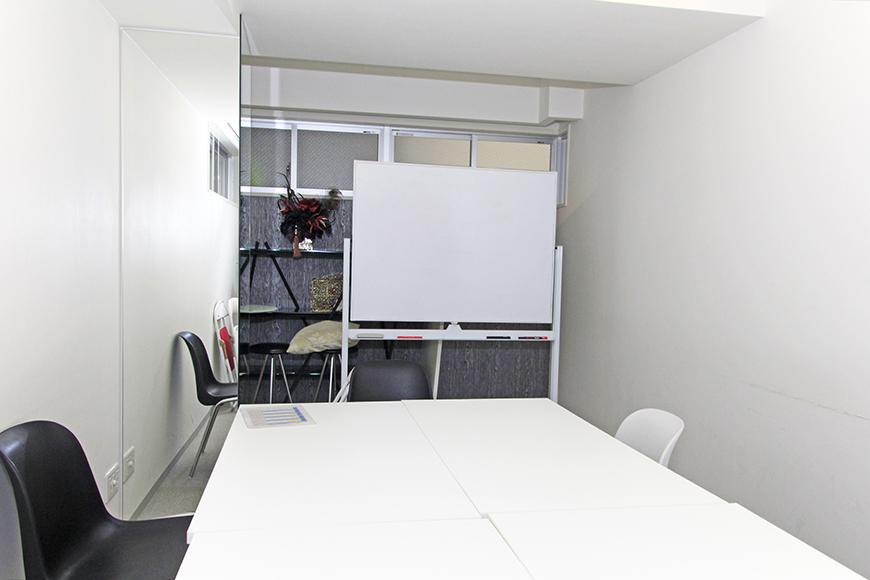 共有スペースにある多目的会議室の中の風景です。