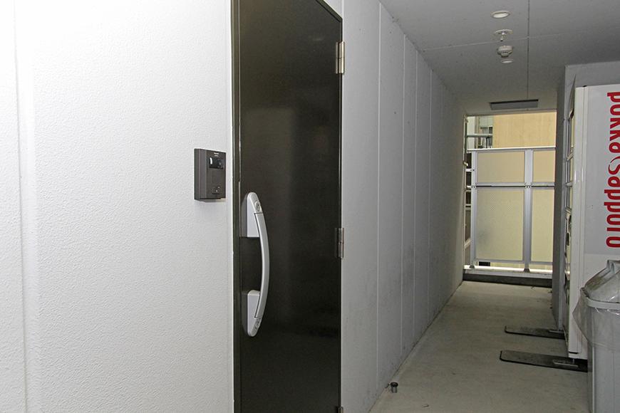 共有会議室の入り口です。自販機もあります_MG_3104