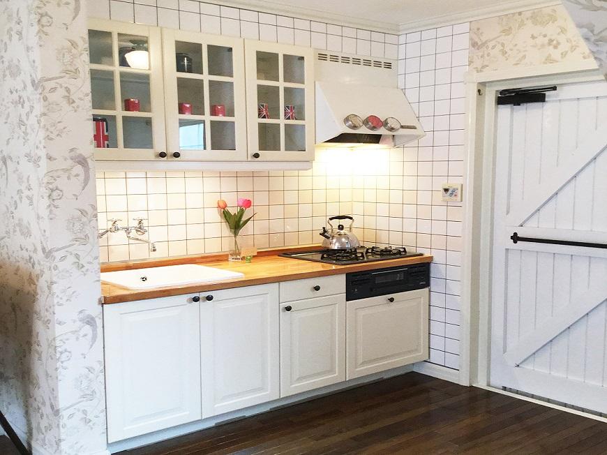 ホワイトで統一された開放感あるかわいいキッチンです。