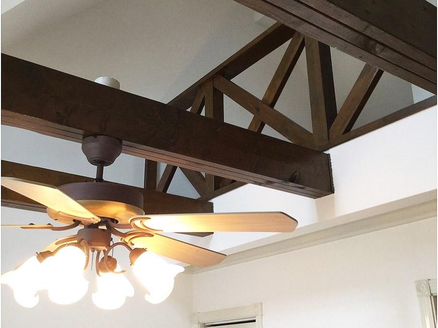 羽根付き照明には梁が利用されています。