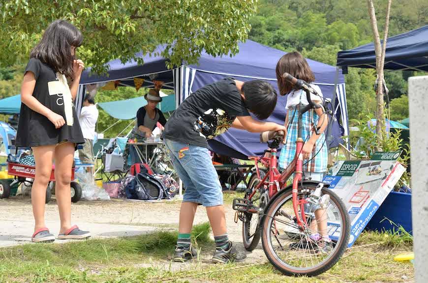 自転車で仲良く遊ぶ子ども達_DSC_2394