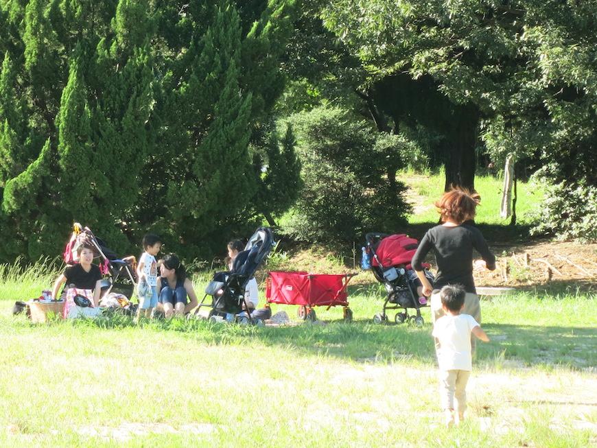公園でくつろぐママ友と子ども達_IMG_3459