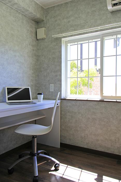 心地よい光と風を受ける書斎スペース。